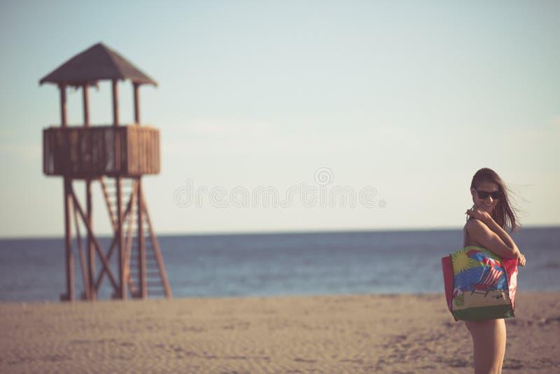 Sexy vrouw op strandvakantie met toebehoren Strandtoebehoren Het gaan naar de zandige strandvakantie De manierstijl van het de zo stock foto