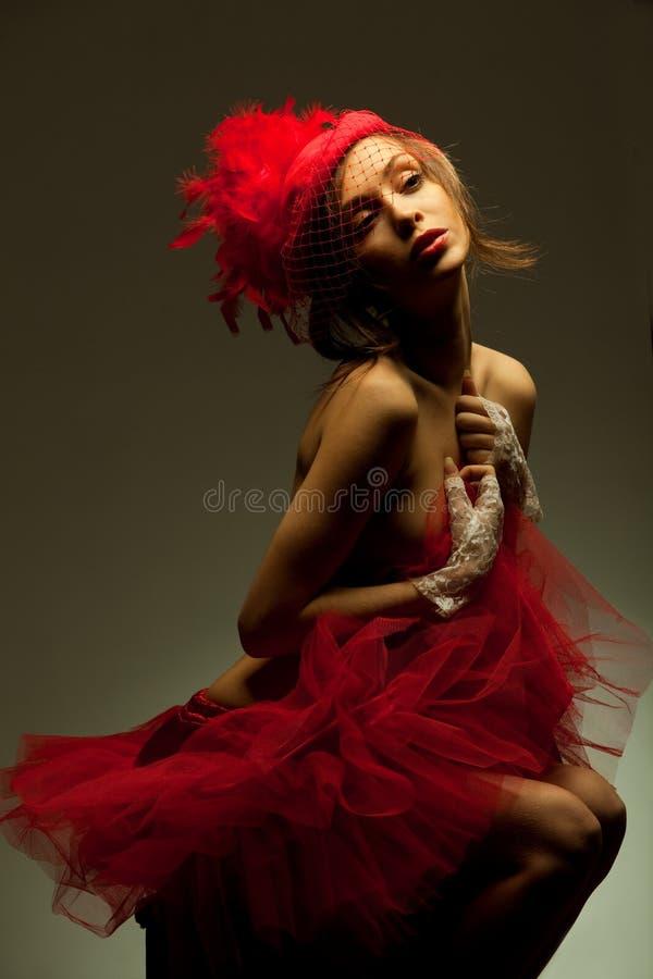 Sexy vrouw in rode hoed met netto sluier stock afbeelding