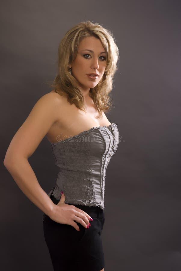 Sexy vrouw status stock foto