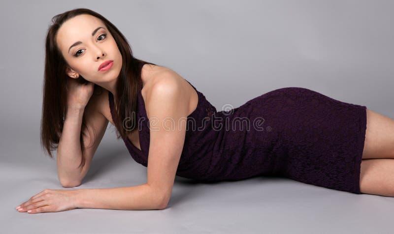Download Sexy Vrouw In Strakke Kleding Stock Afbeelding - Afbeelding bestaande uit meisje, benen: 54082063