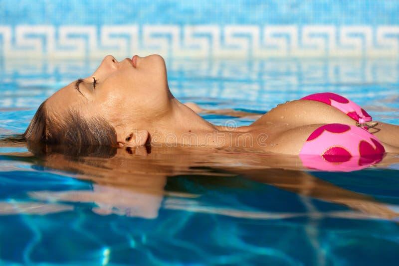 Sexy vrouw in water royalty-vrije stock afbeeldingen