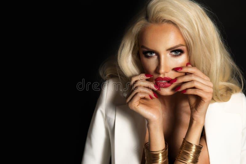 Sexy vrouw in wit jasje royalty-vrije stock fotografie
