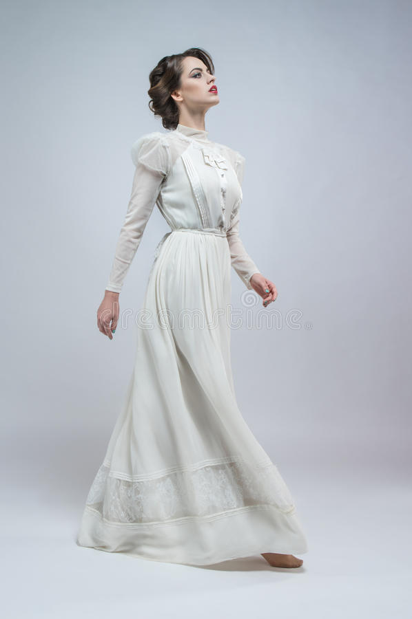 Sexy vrouw in witte kleding royalty-vrije stock afbeelding