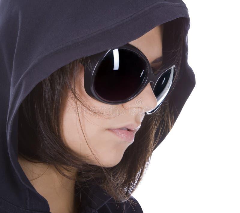 Sexy vrouw in zonnebril met kap. royalty-vrije stock afbeeldingen