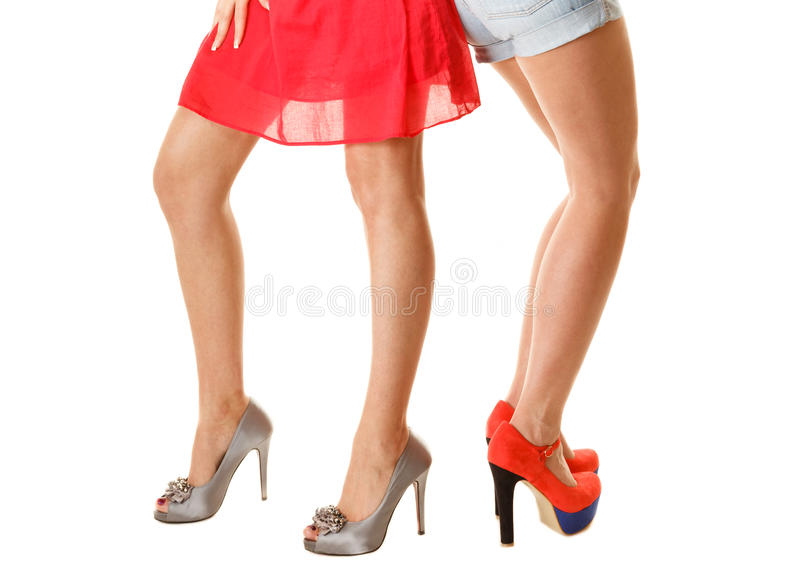 Sexy vrouwelijke benen in hoge geïsoleerde hielen Een deel van lichaam stock foto