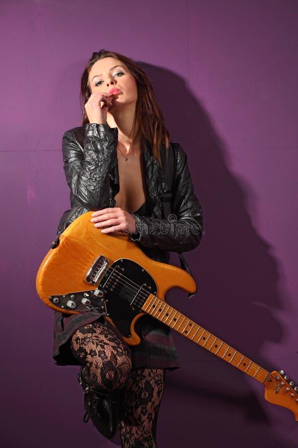 Sexy vrouwelijke gitaarspeler royalty-vrije stock afbeelding