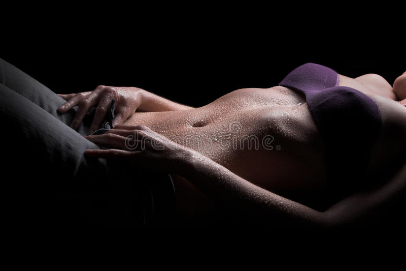 Sexy vrouwenlichaam, waterdalingen op buik stock foto's