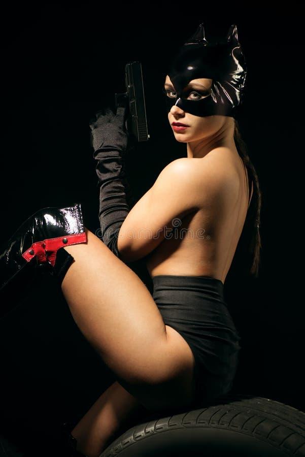 Sexy wijfje in zwart catwoman kostuum stock afbeeldingen