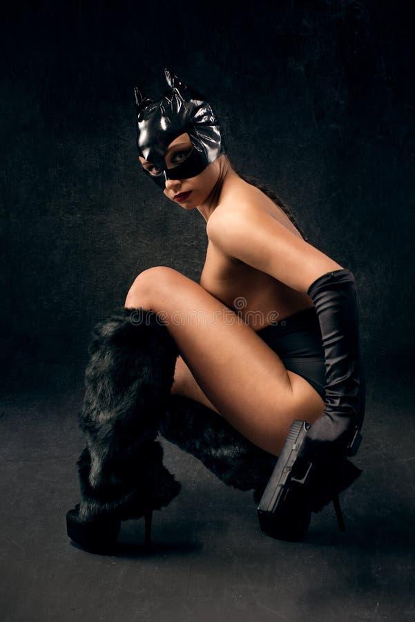Sexy wijfje in zwart catwoman kostuum stock foto's
