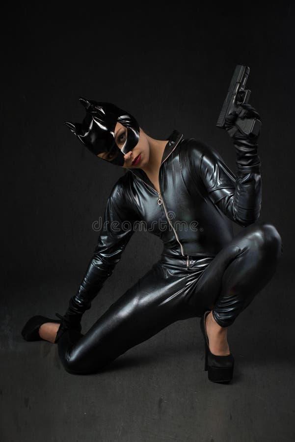 Sexy wijfje in zwart catwoman kostuum royalty-vrije stock afbeelding