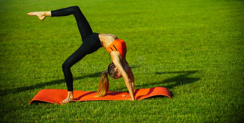 Sexy woman athlete do yoga oefeningen, activiteit stock fotografie