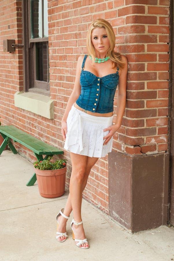 blonde-pretty-girl-cleavage