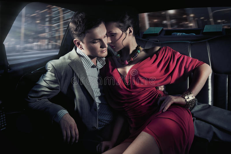 Sexy zittingspaar royalty-vrije stock afbeelding