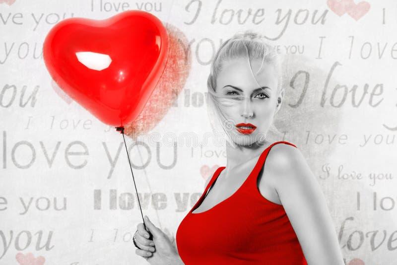 Sexy zwart-wit meisje deel in kleur met hartballon stock fotografie