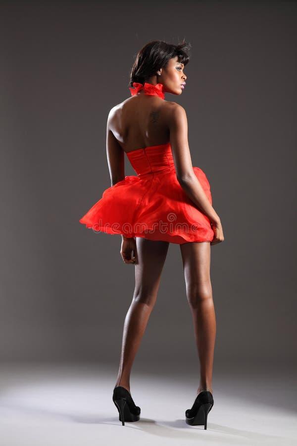 Sexy zwarte mannequin in rode kleding en hielen stock foto's