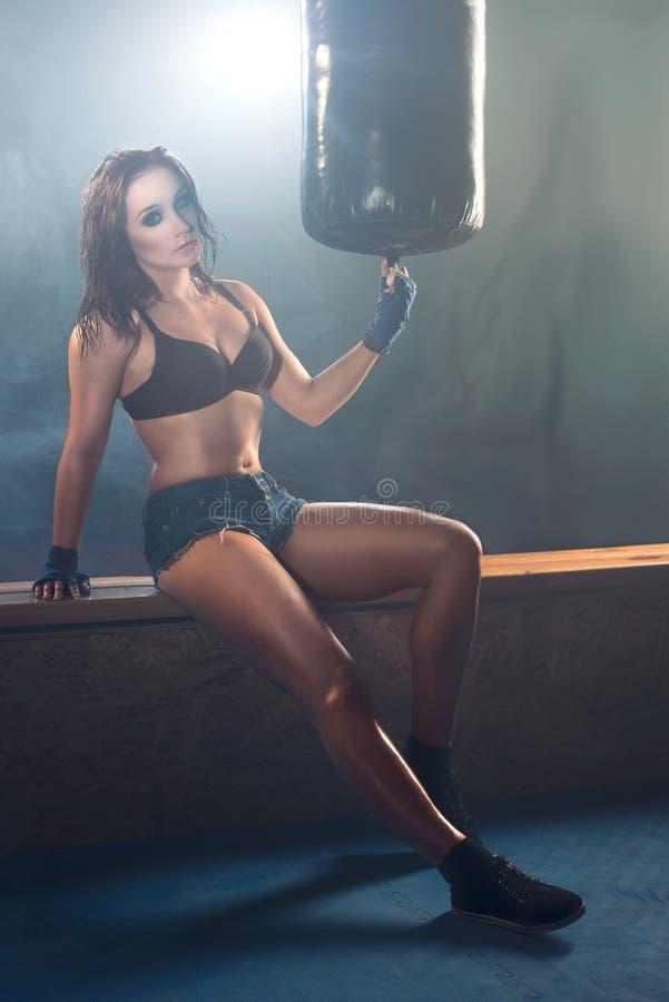 Sexygirl-Boxer, der in der Turnhalle aufwirft stockbild