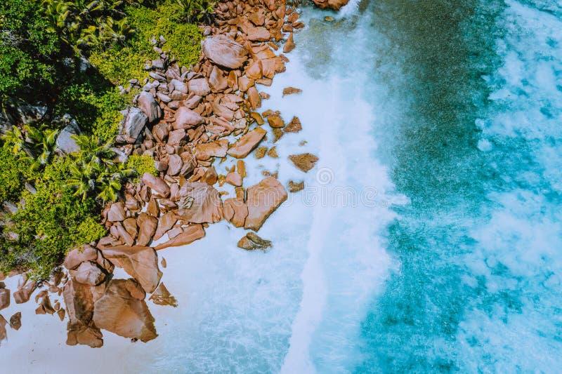 Seychellen-La Digue-Insel Von der Luftdraufsicht von den Meereswogen enorme seltsame Granitfelsen auf dem tropischen Strand anse  stockbilder