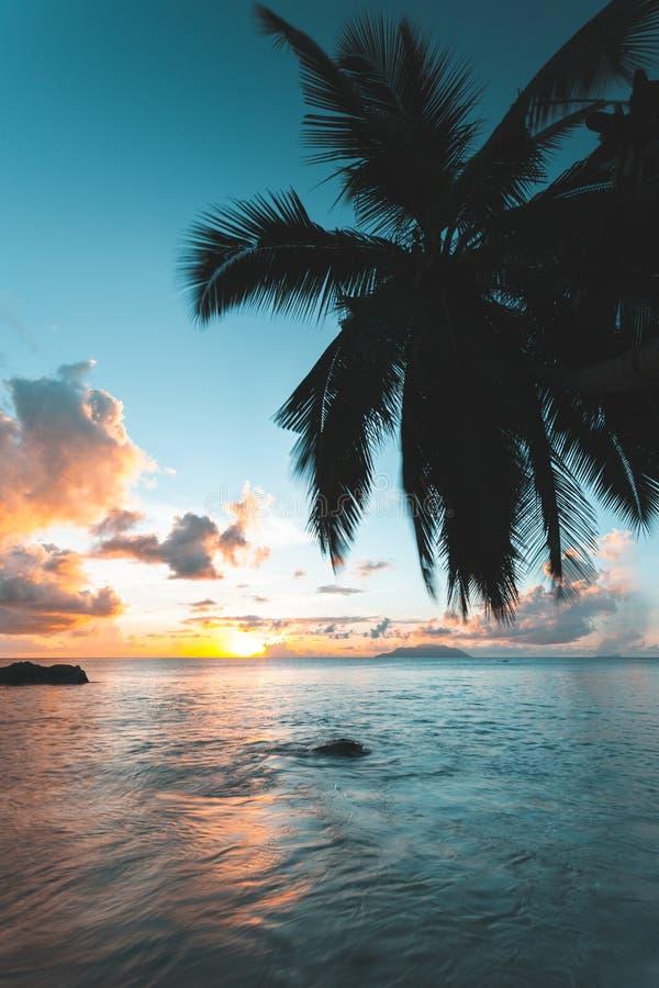 Seychelles durante puesta del sol imagenes de archivo