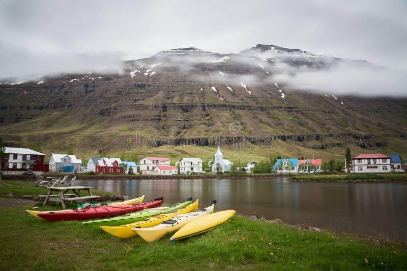 Seydisfjordur bewolkt landschap, Oostelijk IJsland royalty-vrije stock foto's
