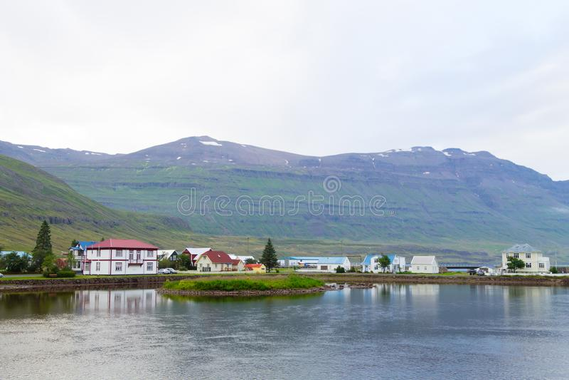 Seydisfjordur decorou o fim da casa acima, marco de Islândia fotos de stock