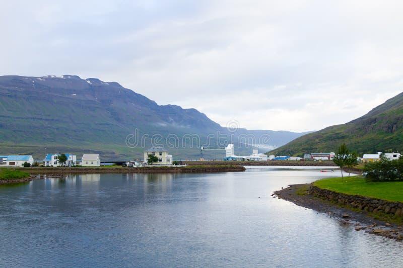 Seydisfjordur decorou o fim da casa acima, marco de Isl?ndia imagem de stock royalty free
