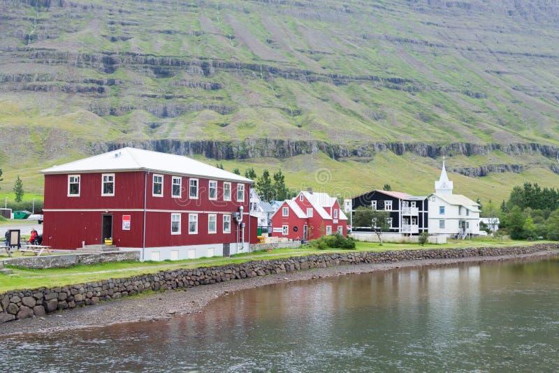 Seydisfjordur decorou o fim da casa acima, marco de Isl?ndia fotografia de stock royalty free