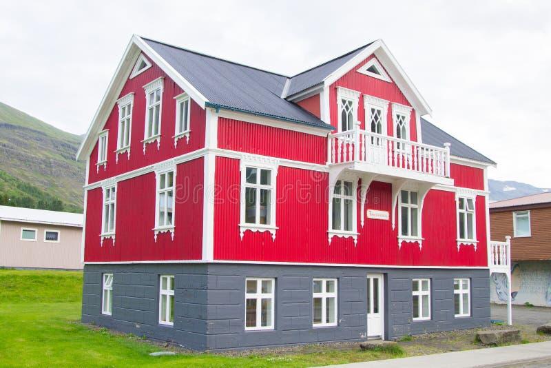 Seydisfjordur decorou o fim da casa acima, marco de Isl?ndia fotos de stock royalty free