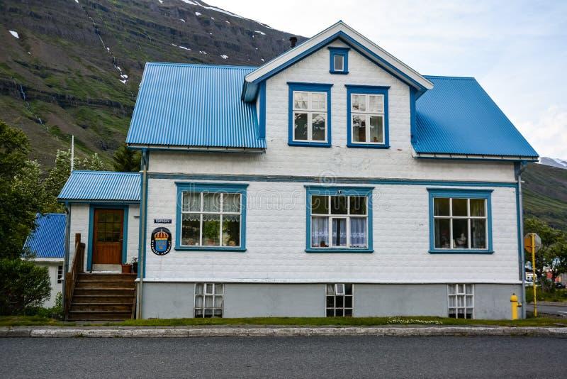 SEYDISFJORDUR, IJSLAND, 24 JUNI, 2013: Zweedse ambassade in Seydisfjordur in Oost-IJsland op donkere de zomerdag, mooi wit stock afbeelding