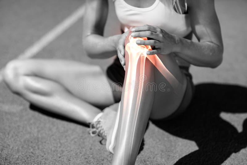 Sezione bassa dell'atleta che soffre dal dolore del ginocchio immagini stock libere da diritti