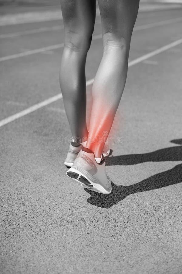 Sezione bassa della sportiva che cammina sulla pista immagine stock libera da diritti