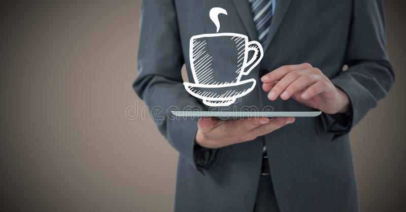 Sezione dell'uomo di affari metà di con il grafico del caffè macchiato e della compressa contro fondo marrone fotografia stock