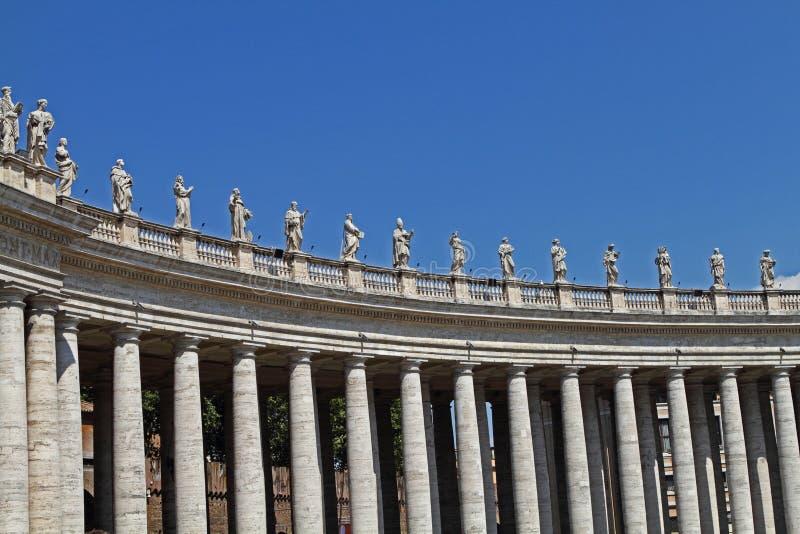 Sezione della colonnato a St Peter nel Vaticano immagini stock libere da diritti