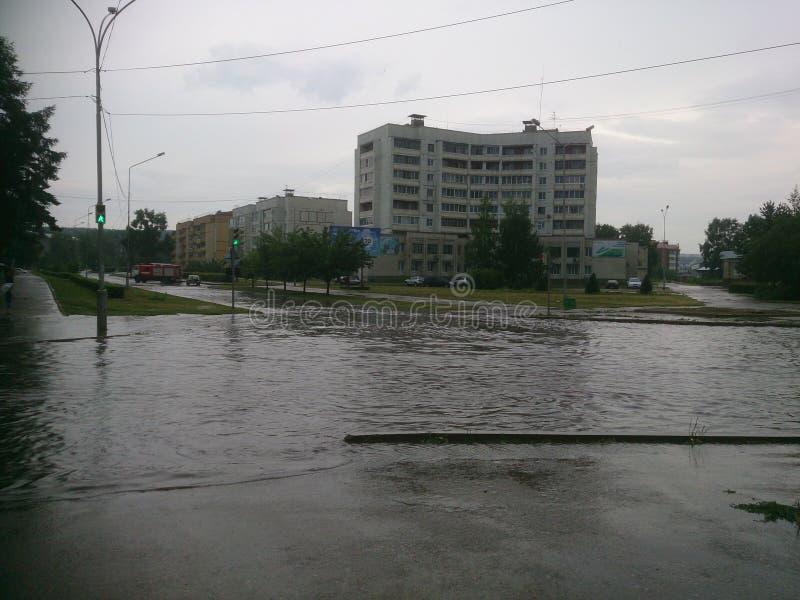 Sezione di strada sommersa dopo pioggia persistente nella città Zelenogorsk immagine stock