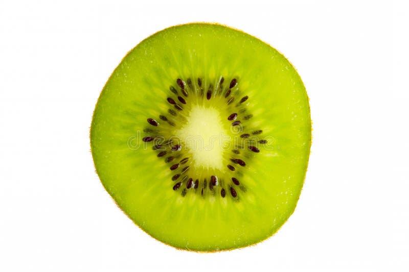 Sezione trasversale di kiwi fresco isolata su bianco immagini stock