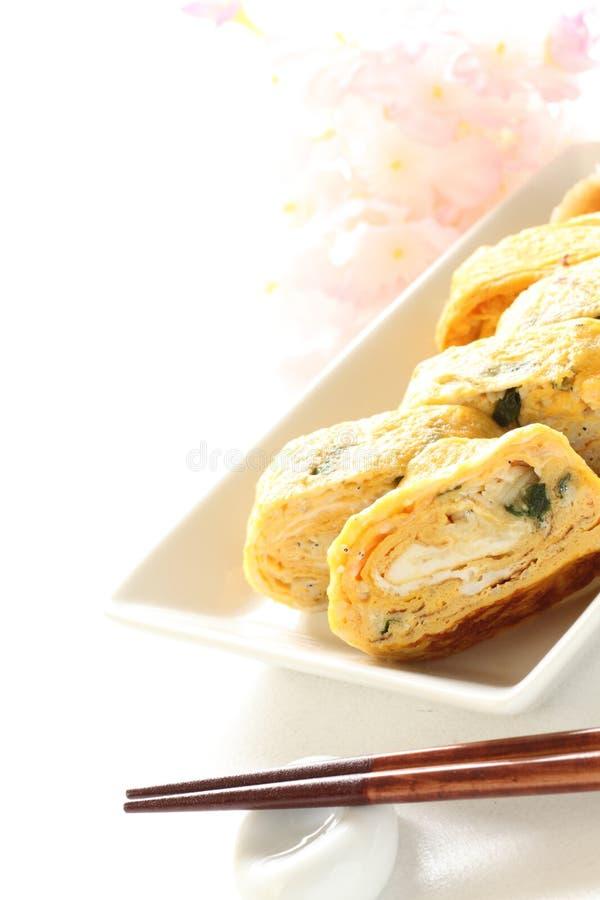 Sezione trasversale giapponese del rotolo dell'uovo sul piatto immagine stock