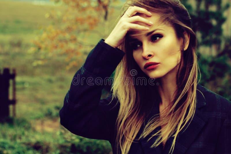 Sezon i ludzie pojęć - jesieni dziewczyna portret Plenerowa piękno portreta kobieta, moda model Jesieni parkowy tło zdjęcie royalty free