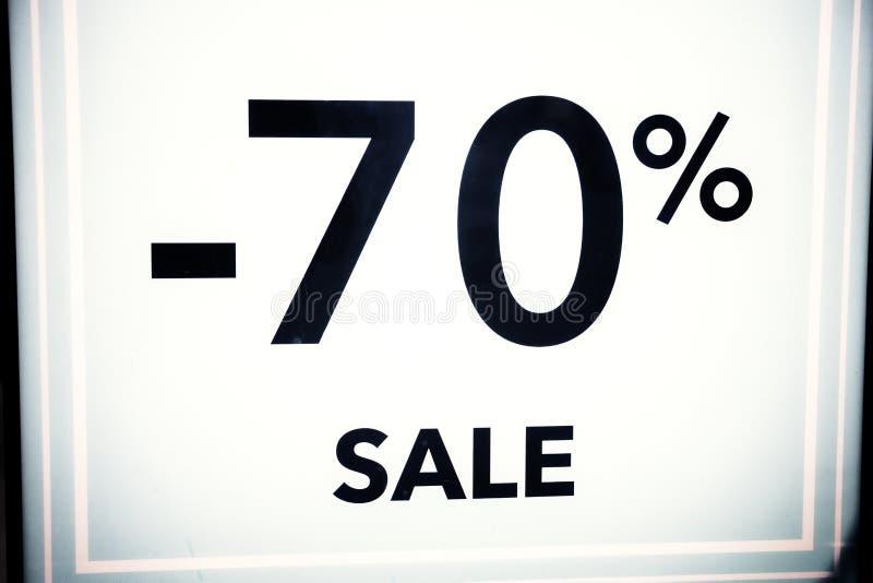 Sezonowi rabaty w przechują, sprzedaż, Black Friday i zakupy pojęcie, pomija 70 procentów rabat w sklepowym okno zdjęcie royalty free
