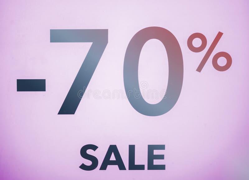 Sezonowi rabaty w przechują, sprzedaż, Black Friday i zakupy pojęcie, pomija 70 procentów rabat w sklepowym okno fotografia royalty free