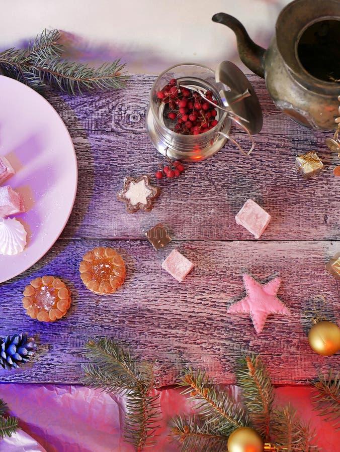 Sezonowy dekoracyjny życie słodki deser bawją się na drewnianym textural tle wciąż, Bożenarodzeniowe piłki i filc obraz stock