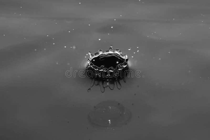 Sfär av vattendroppfärgstänk arkivbild