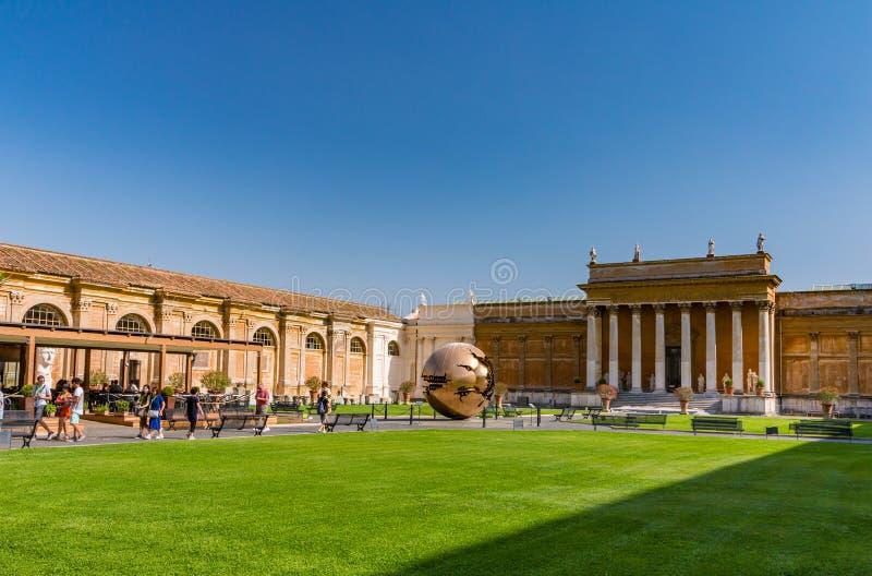 Sfär inom sfärskulptur i Vaticanenborggård arkivbild