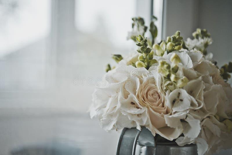 Sfärisk bukett av vita blommor 7773 arkivbilder