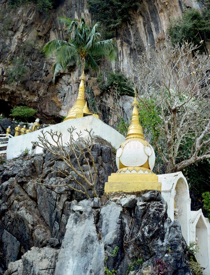 Sfärisk stupa i den Yathaypyan grottan i Hpa-An, Myanmar arkivbild