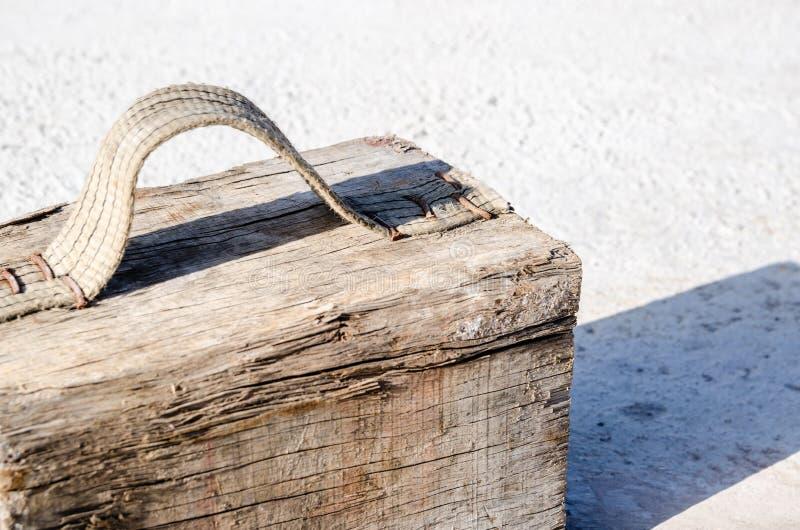 Sfałszowana drewniana skrzynka robić z blokiem i tekstylną rękojeścią załatwiał z gwoździami fotografia royalty free