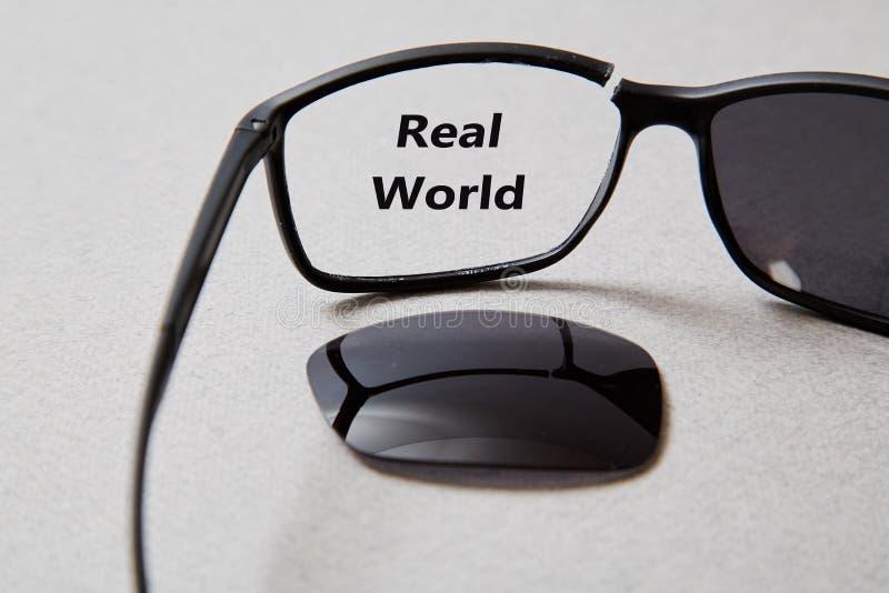 Sfałszowana wiadomość, dezinformacja, fałszywa informacja lub propagandy pojęcie, Łamani szkła z inskrypcją fotografia royalty free