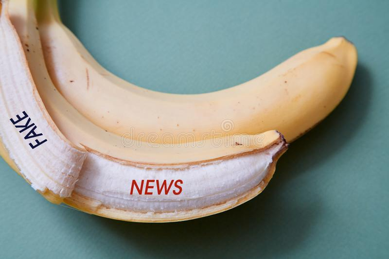 Sfałszowana wiadomość, dezinformacja, fałszywa informacja lub propagandy pojęcie, Banan i inskrypcja obrazy stock