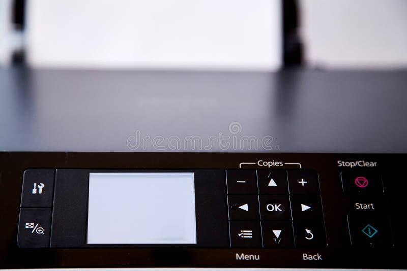 Sfałszowana wiadomość, dezinformacja, fałszywa informacja lub propagandy pojęcie, Drukarka ekran który mówi fotografia stock