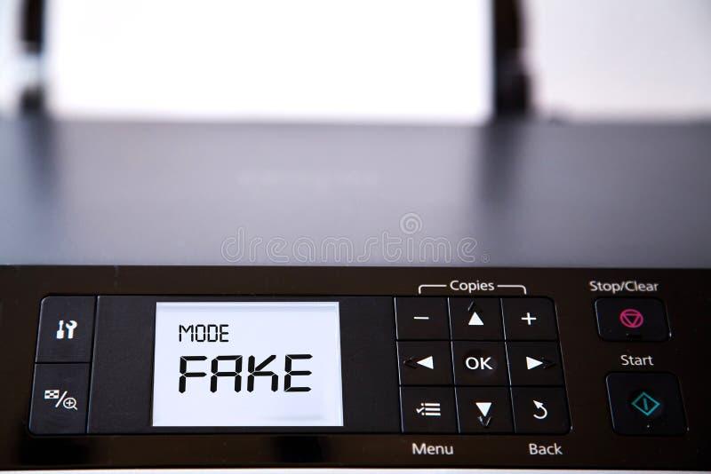 Sfałszowana wiadomość, dezinformacja, fałszywa informacja lub propagandy pojęcie, Drukarka ekran który mówi zdjęcie stock