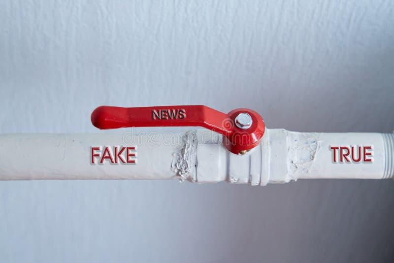 Sfałszowana wiadomość, dezinformacja, fałszywa informacja lub propagandy pojęcie, Faucet i słowa fotografia stock