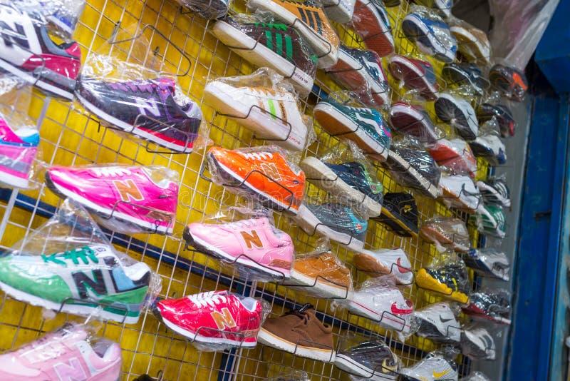 Sfałszowani towary oznakujący buty w czarnym rynku fotografia stock